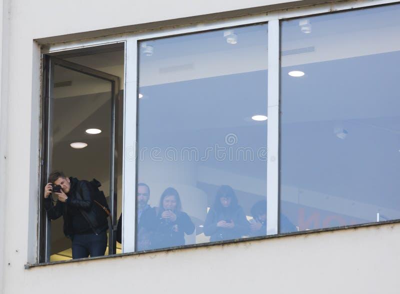Mensen in het venster die de demonstratie op het vierkant van Praag waarnemen Wenceslas tegen de huidige overheid stock afbeelding
