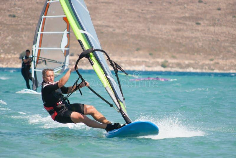 Mensen het windsurfing en wind stock afbeeldingen