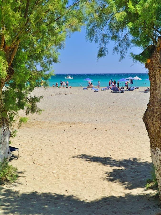 Mensen in het zandige strand van Fragocastelo in Chania royalty-vrije stock fotografie