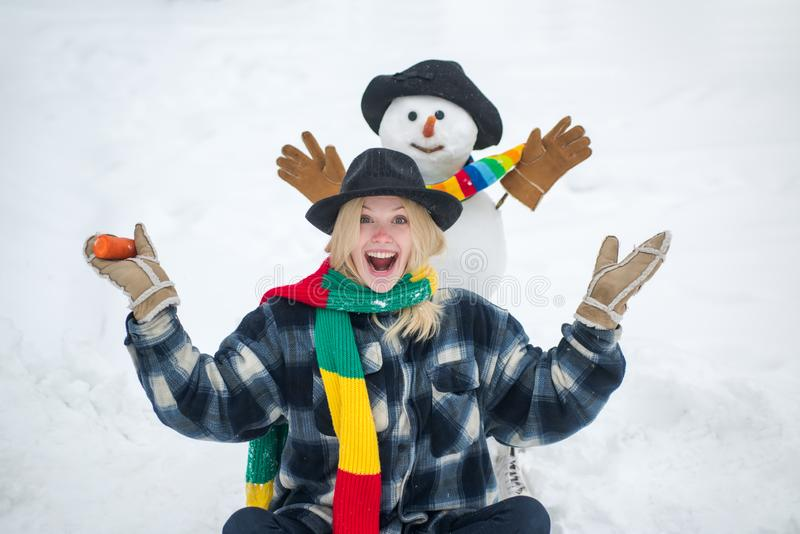 Mensen houden van winter Wintervrouw Greeting snewman Joyful girl Fun met snowman in Winter Park Mensen in sneeuw stock afbeelding