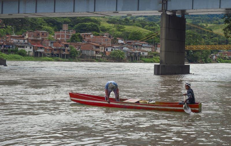 Mensen in kano's die de rivier Antioquia overgaan stock afbeelding
