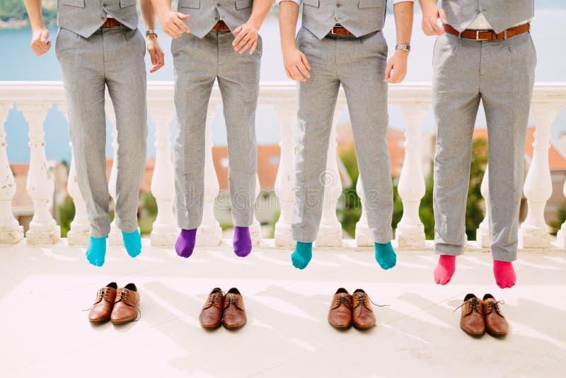 Mensen in kleurrijke sokken Grappige huwelijksfoto's Huwelijk in Monteneg stock foto's