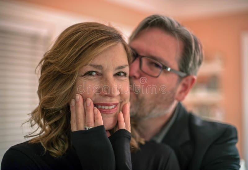 Mensen koesterende en kussende vrouw op verjaardag royalty-vrije stock afbeelding