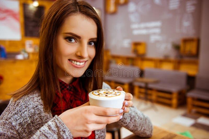 Mensen in koffie stock afbeelding