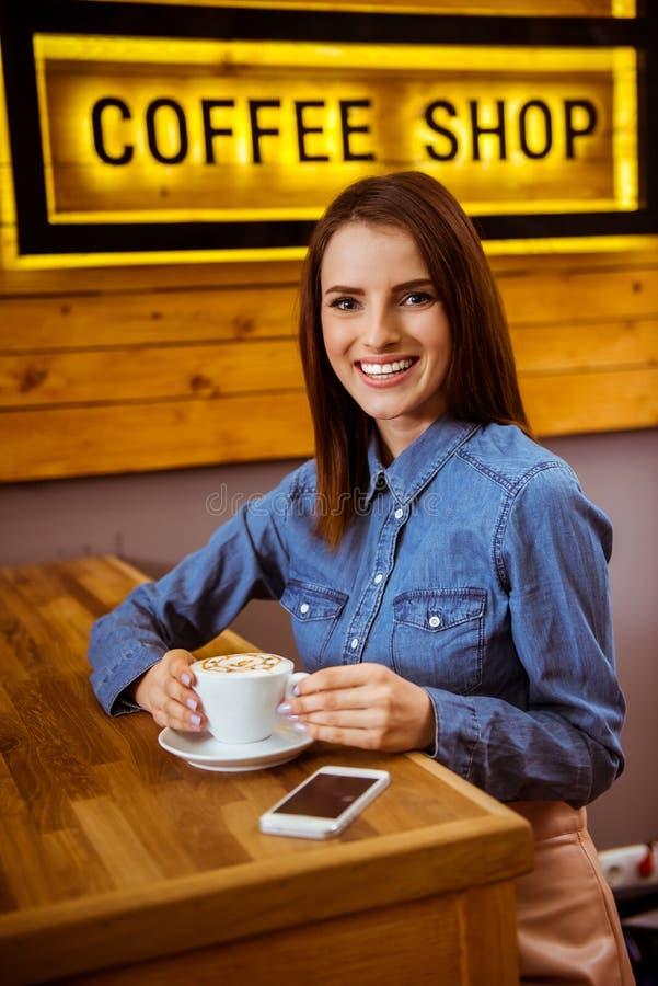 Mensen in koffie stock afbeeldingen