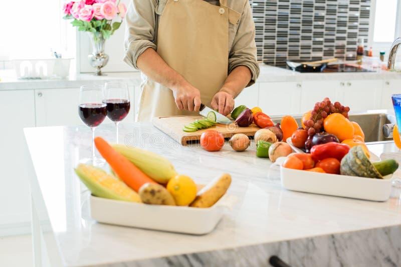Mensen kokende en snijdende groente in de keuken Mensen en lif stock fotografie