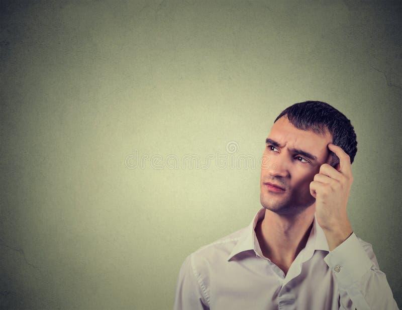 Mensen krassend hoofd, diep denkend over iets, die omhoog eruit zien stock foto's