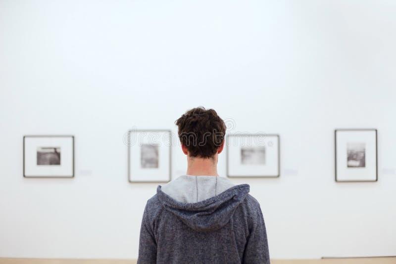 Mensen in kunstmuseum stock afbeeldingen