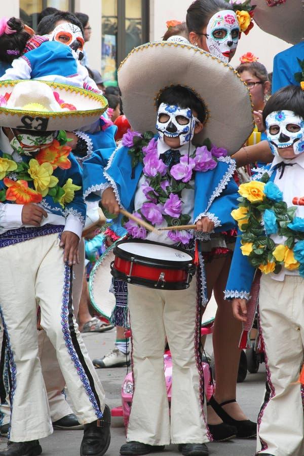 Mensen Maart in Dag van de Dode Kostuums, Carnaval, Peru stock fotografie