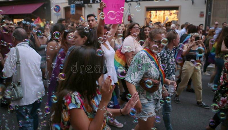 Mensen maart tijdens LGBT-trotsvieringen in Mallorca stock afbeeldingen