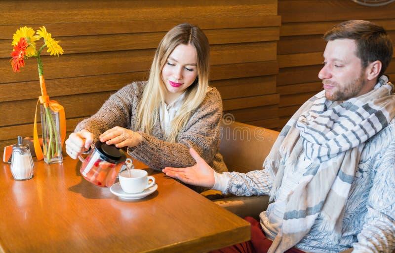 Mensen, mededeling en het dateren van concept - gelukkige paar het drinken thee bij koffie of restaurant royalty-vrije stock foto's