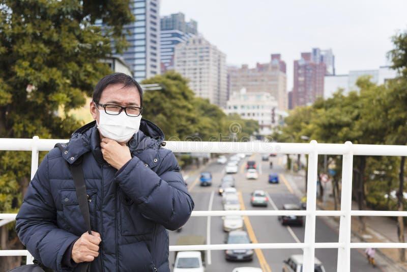 Mensen in medisch masker met keelpijn stock foto's