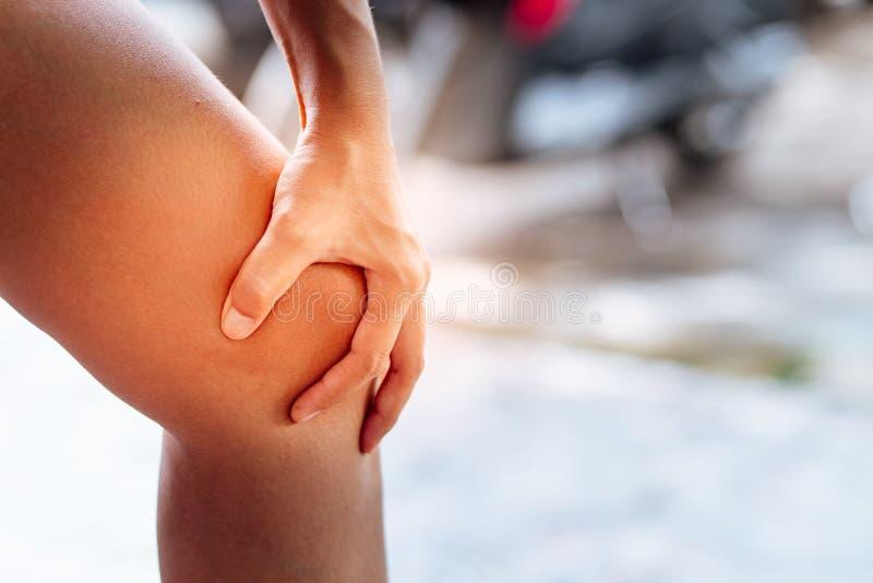 Mensen met knie pijn en het voelen van slechte hand stock afbeeldingen