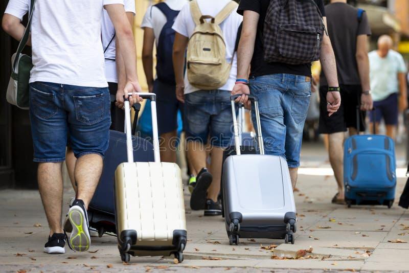Mensen met koffers stock foto
