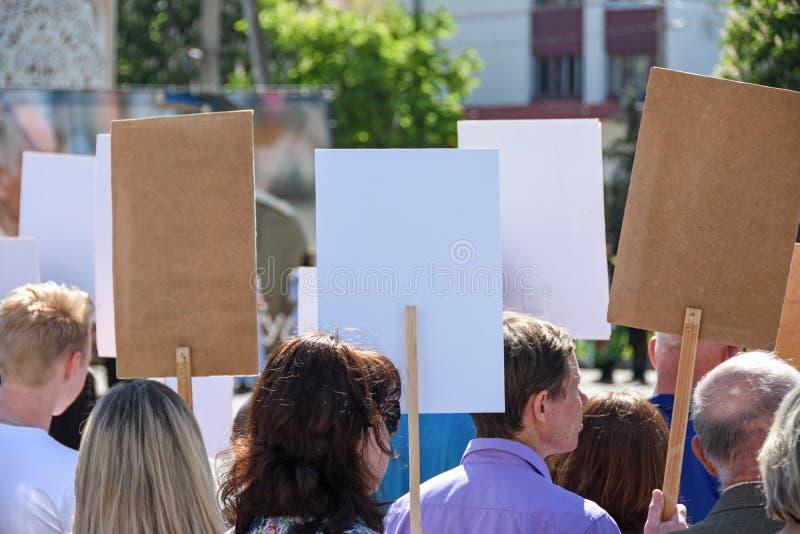 Mensen met lege affichestribune bij een protestdemonstratie in Wit-Rusland stock foto