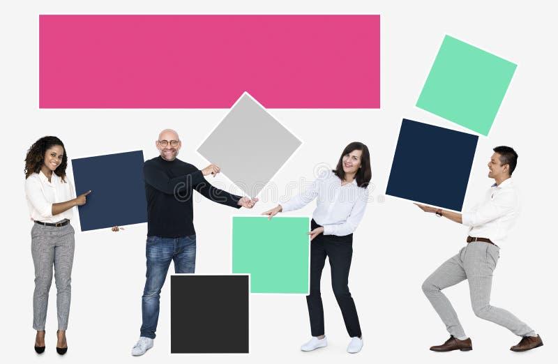 Mensen met lege kleurrijke dozen stock afbeelding
