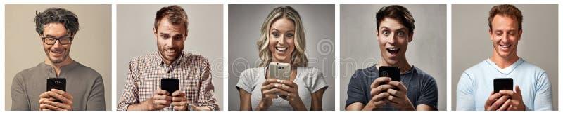 Mensen met smartphone worden geplaatst die stock foto's