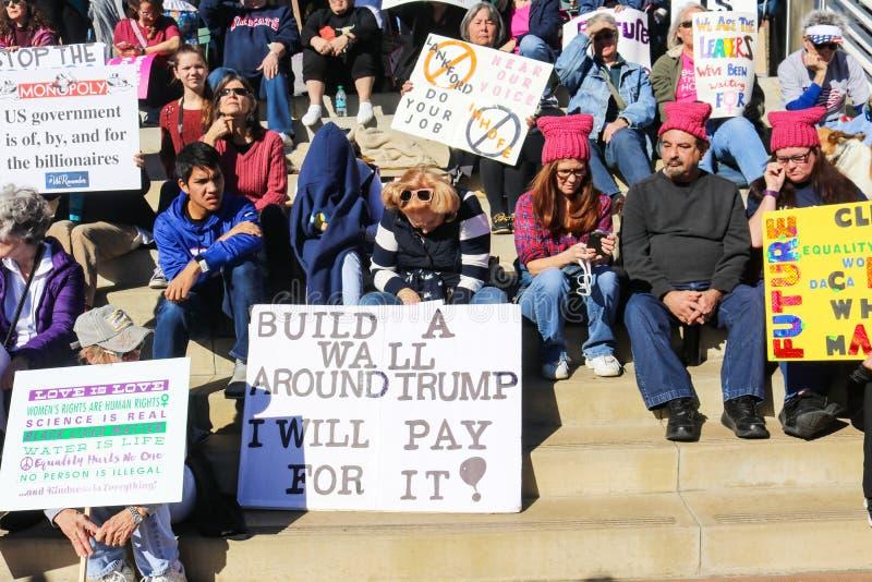 Mensen met teken-wat met pussy hoed-zit op stappen in Maart van Vrouwen in Tulsa Oklahoma 2018 royalty-vrije stock afbeelding
