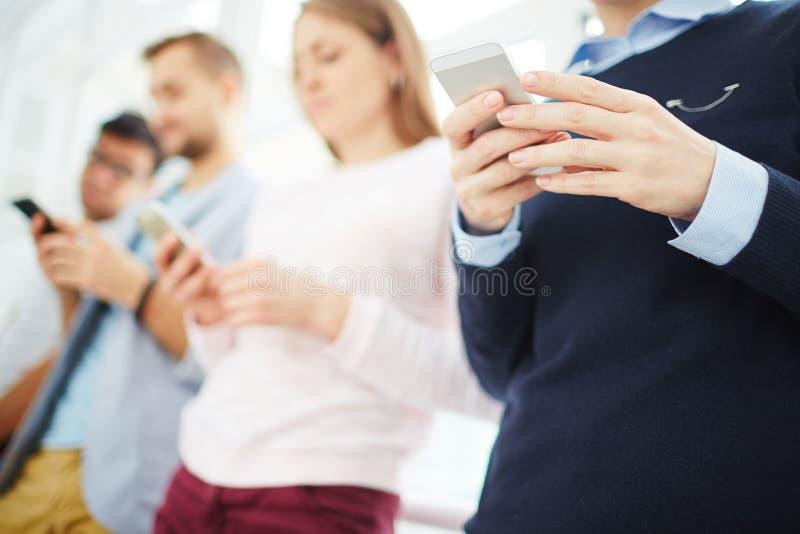 Mensen met telefoons royalty-vrije stock foto's