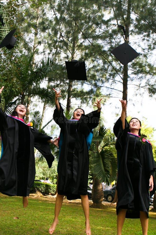 Mensen met universitaire diploma's stock afbeelding