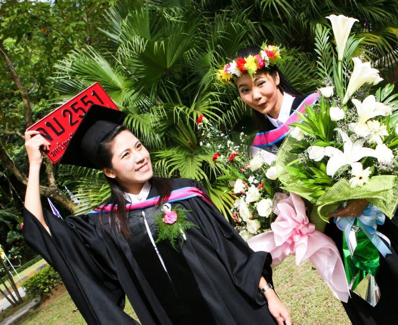 Mensen met universitaire diploma's royalty-vrije stock afbeeldingen
