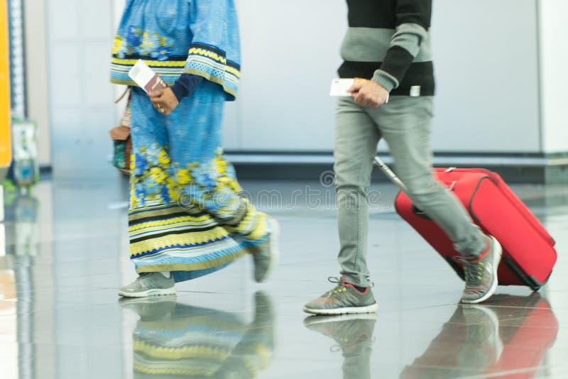 Mensen met zakken en koffers in luchthaven stock afbeeldingen