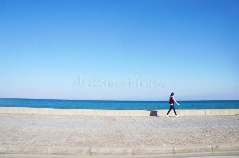 Mensen naast de kust met onverwacht schot royalty-vrije stock foto's