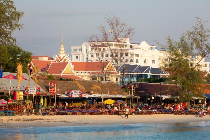 Mensen, oceaan en strandrestaurants in Sihanoukville, Kambodja stock afbeeldingen