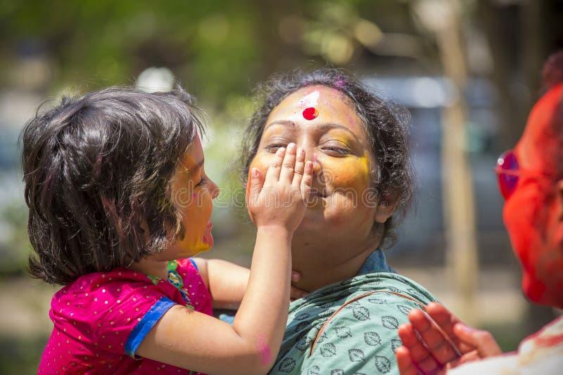 Mensen omvat in kleurrijke poederkleurstoffen die het Festival van Dol Utsav in Dhaka, Bangladesh vieren royalty-vrije stock foto's