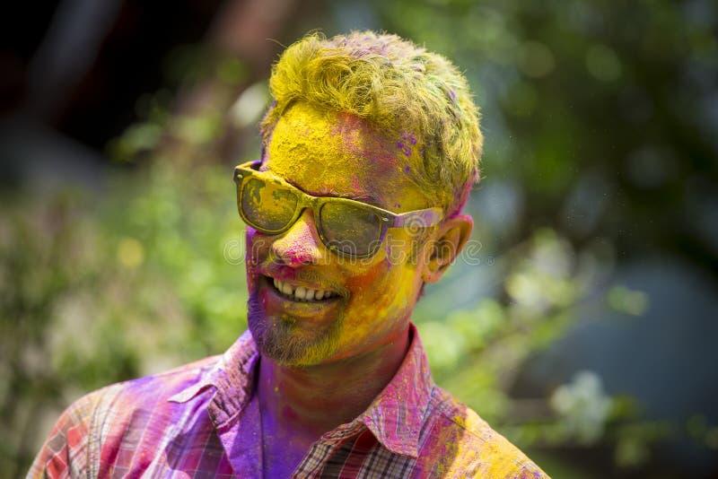 Mensen omvat in kleurrijke poederkleurstoffen die het Hindoese Festival van Holi in Dhakah in Bangladesh vieren stock foto