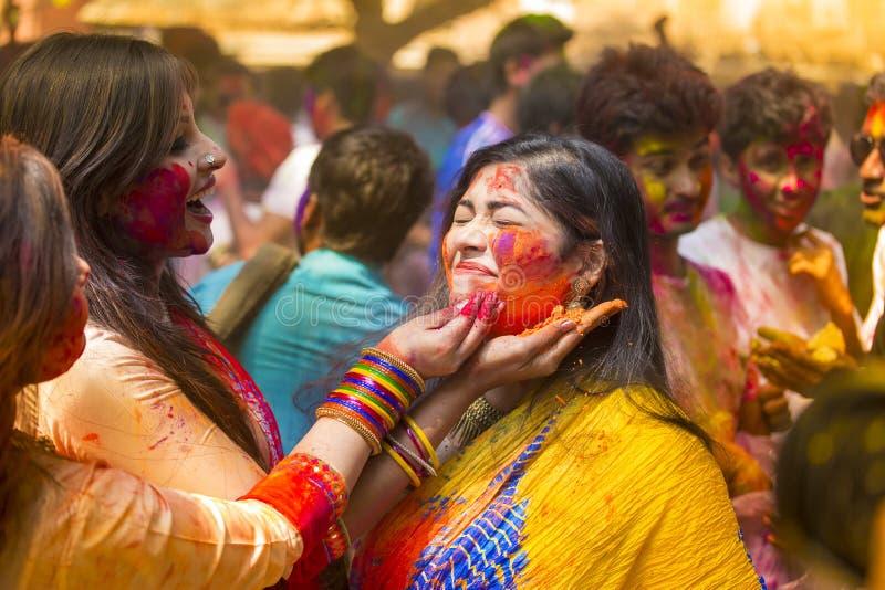 Mensen omvat in kleurrijke poederkleurstoffen die het Hindoese Festival van Holi in Dhakah in Bangladesh vieren royalty-vrije stock afbeelding