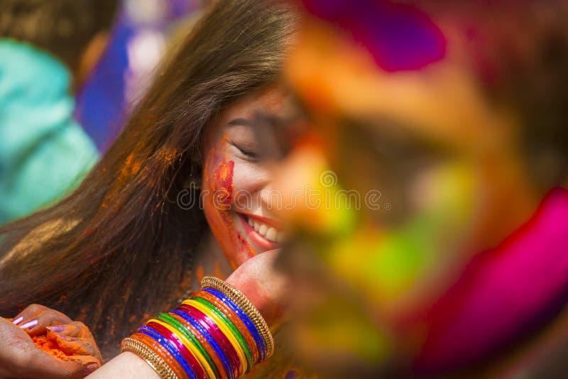 Mensen omvat in kleurrijke poederkleurstoffen die het Hindoese Festival van Holi in Dhakah in Bangladesh vieren stock afbeeldingen