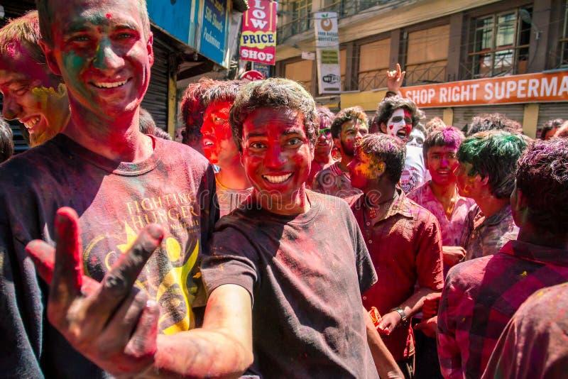 Mensen omvat in verf op Holi-festival, Katmandu, Nepal royalty-vrije stock afbeeldingen