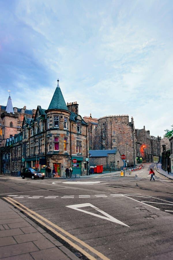 Mensen op Candlemaker Row Street in Edinburgh royalty-vrije stock afbeelding