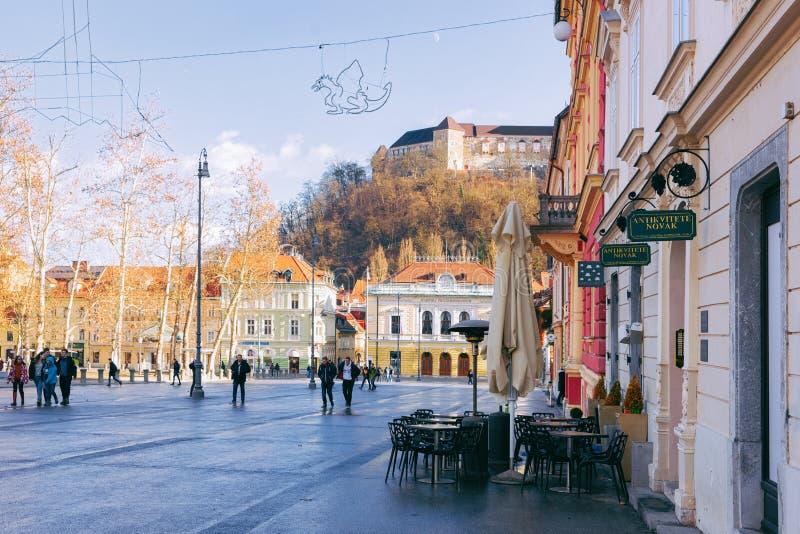 Mensen op Congresvierkant en cityscape van Ljubljana stock afbeeldingen