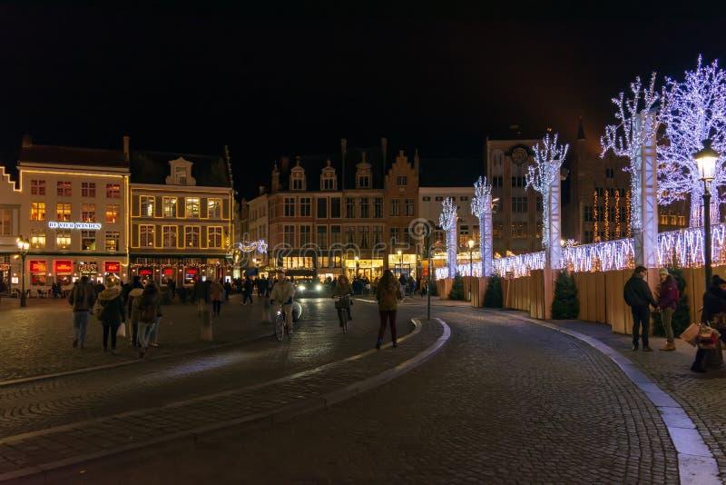 Mensen op de grote Markt Vierkante Markt in het centrum van Brugge, nachtsc?ne stock afbeeldingen