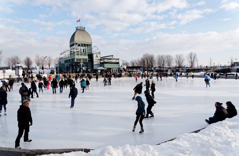 Mensen op de het schaatsen van Bassin Bonsecours piste in Montreal stock afbeelding
