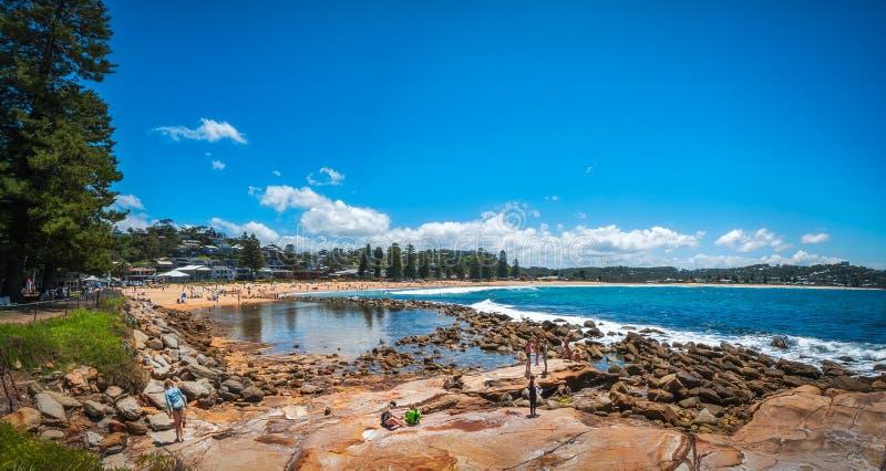 Mensen op de kust bij Avoca-Strand, Australië stock afbeelding