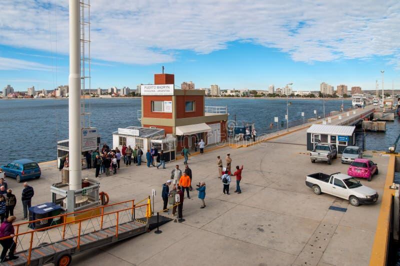 Mensen op de pijler in Puerto Madryn, Patagonië, Argentinië royalty-vrije stock foto