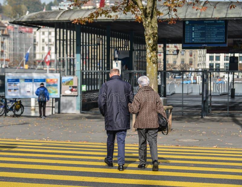 Mensen op de straat van Luzerne-stad royalty-vrije stock afbeelding