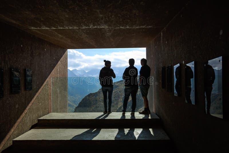 Mensen op de Telescoop van het observatiedek in Texelgruppe-aardpark Zuid-Tirol, Itali? stock foto