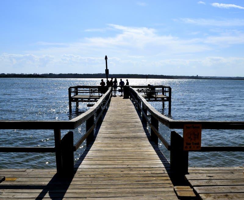 Mensen op de vispier in Florida, VS stock foto's