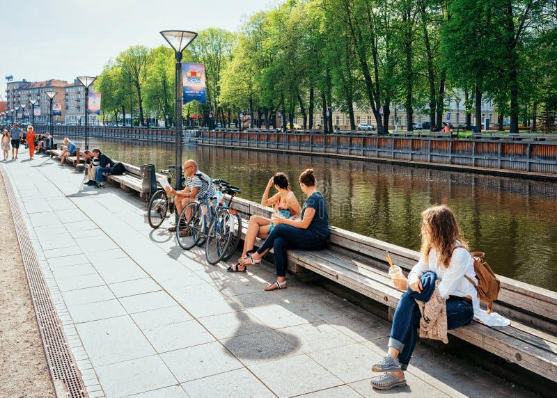 Mensen op Dijk in Klaipeda in Litouwen, Oosteuropees land op de Oostzee royalty-vrije stock foto's