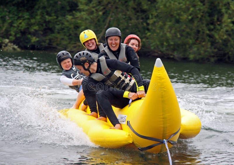 Mensen op een banaanboot royalty-vrije stock foto's