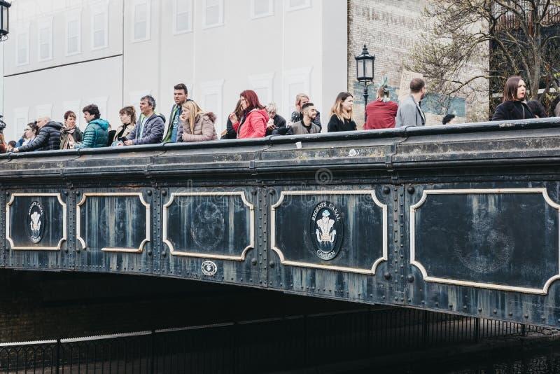 Mensen op een brug over het Kanaal van de Regent dichtbij Camden Market, Londen, het UK royalty-vrije stock afbeelding