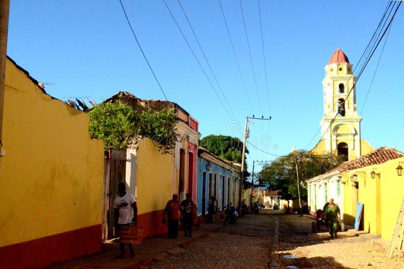 Mensen op een kleurrijke straat Trinidad, Cuba royalty-vrije stock afbeeldingen
