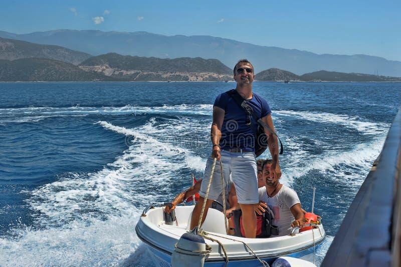 Mensen op een motorboot in het overzees, Turkije royalty-vrije stock afbeelding