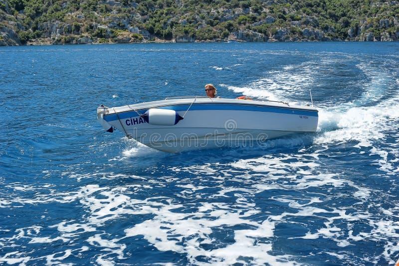 Mensen op een motorboot in het overzees, Turkije royalty-vrije stock fotografie