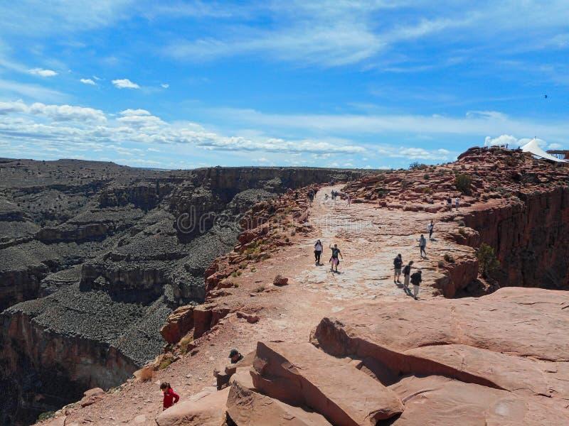 mensen op een rots in de grote canion royalty-vrije stock afbeelding