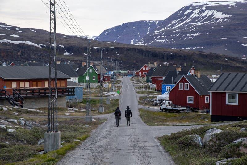 Mensen op een straat in Qeqertarsuaq, Groenland stock afbeeldingen